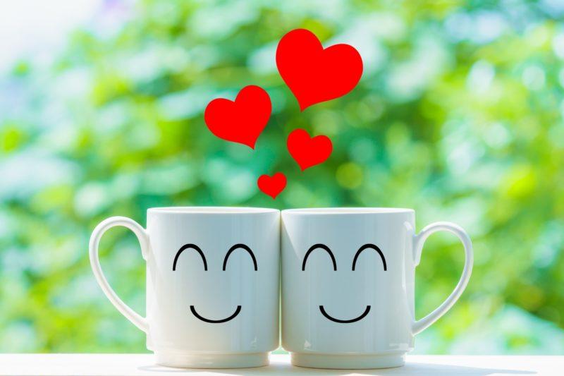 ハートと笑顔のマグカップ