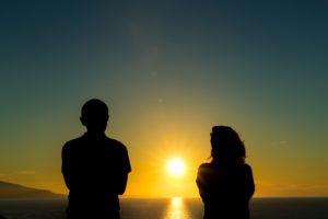 夕日とカップル