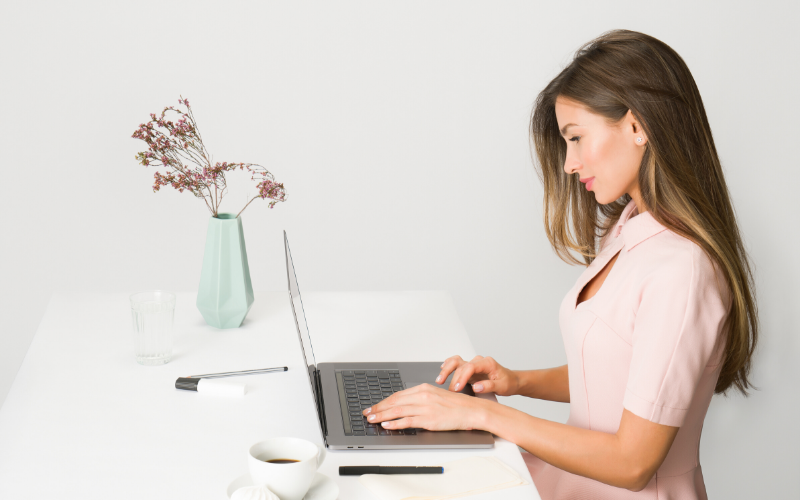 パソコンを使う女性の横顔