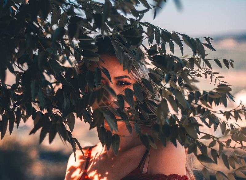 木の葉に隠れた女性