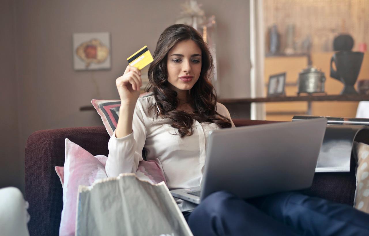 女性とパソコンとクレジットカード
