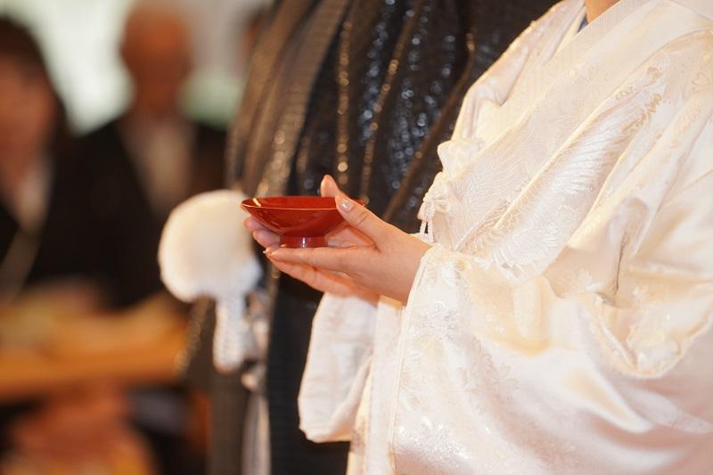 お神酒を持つ花嫁